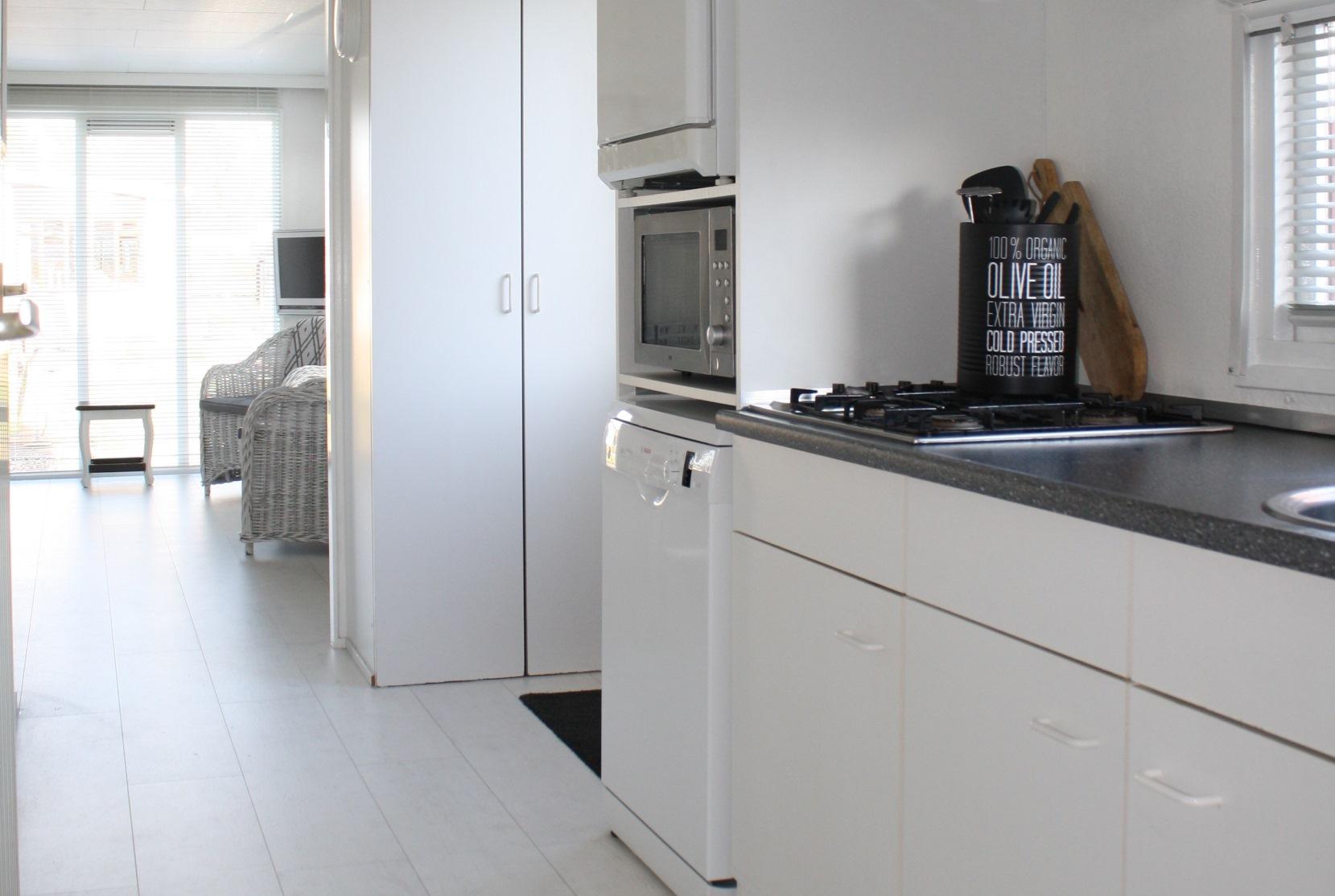 6-persoons-chalet-huren-makkum-luxe-keuken-S