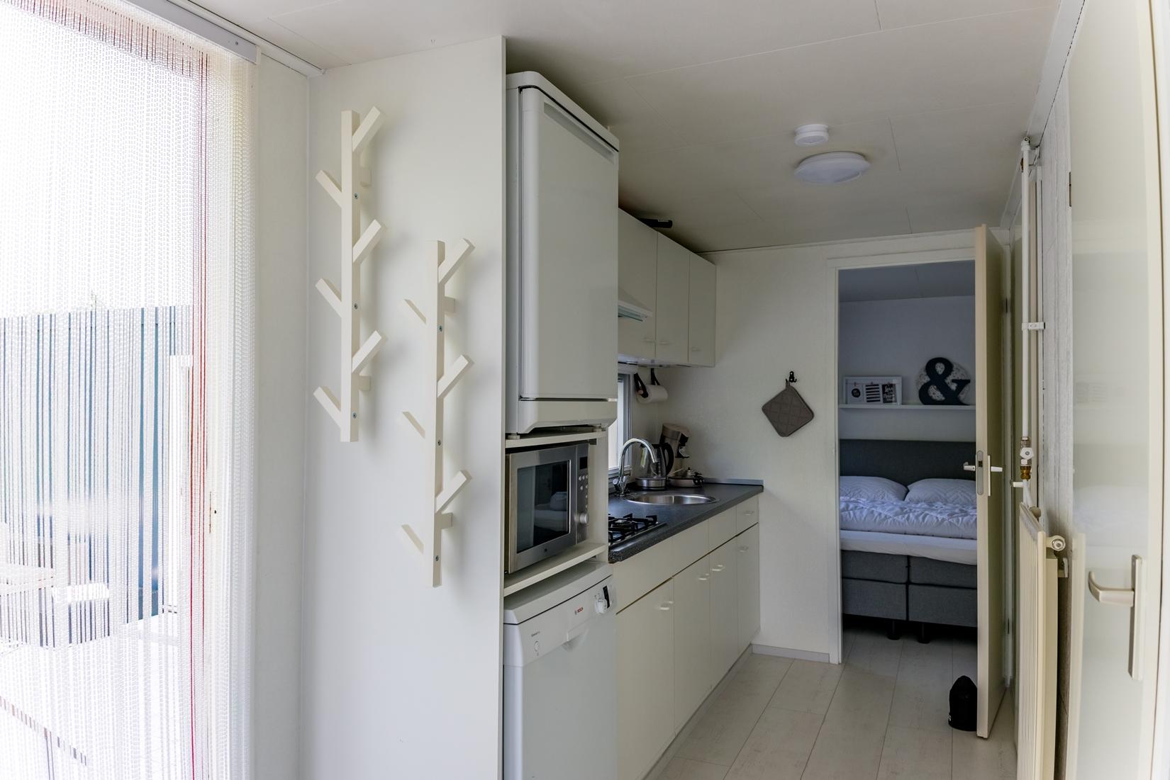 chalet-gestrand-interieur-keuken-doorkijk-master-bedroom