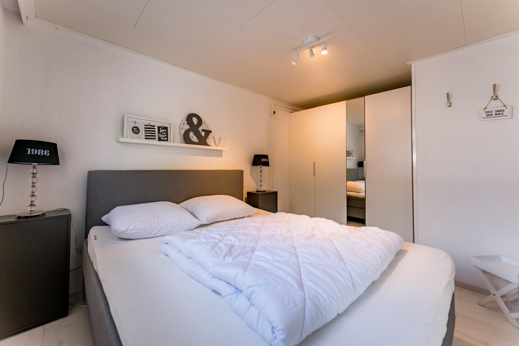 chalet-gestrand-interieur-master-bedroom-spiegelkast