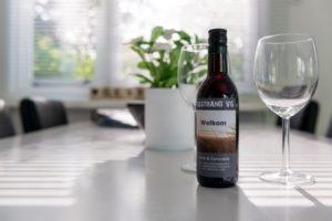 chalet-gestrand-interieur-sfeerbeeld-welkom-wijn