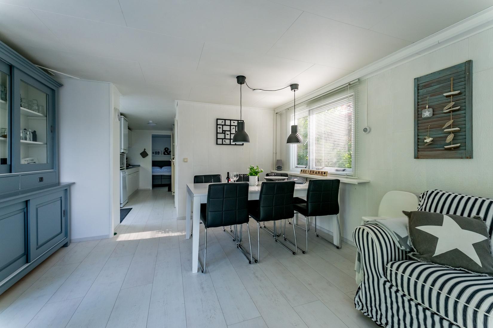 chalet-gestrand-interieur-woonkamer-doorkijk-keuken