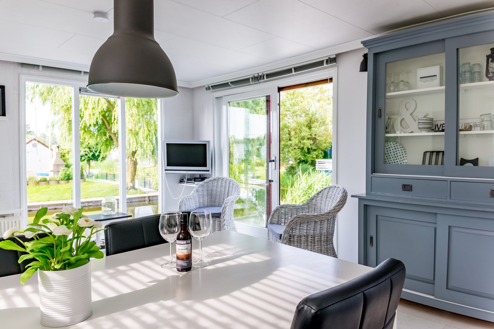 chalet-gestrand-interieur-woonkamer-doorkijk-tuin-water